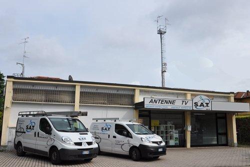 vista frontale di ditta  ANTENNE TV S.A.T con furgoni parcheggiate