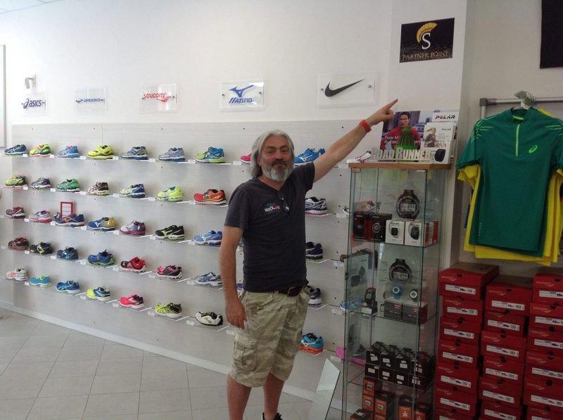 Cliente compra le scarpe al negozio Roadrunner - Running Store
