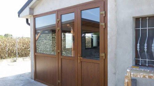 una porta in legno vista dall'esterno
