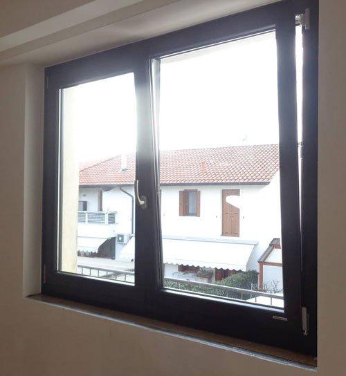 una finestra semiaperta