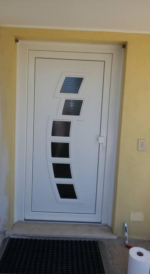 una porta bianca con dei vetri al centro