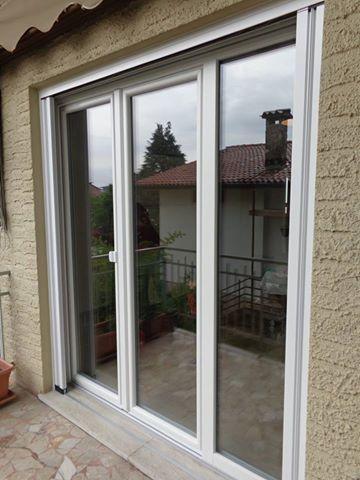 una finestra bianca  vista da fuori