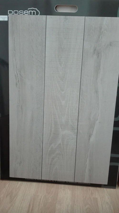 delle tavole di legno grigio