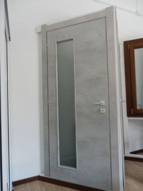 una porta bianca in legno e vetro