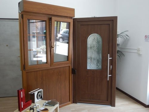 una  vetrina in legno e una porta