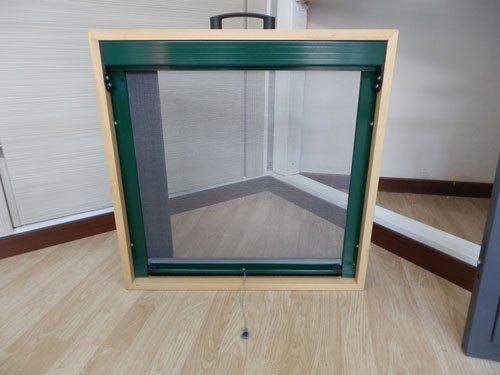 una finestra verde scura con finiture in legno