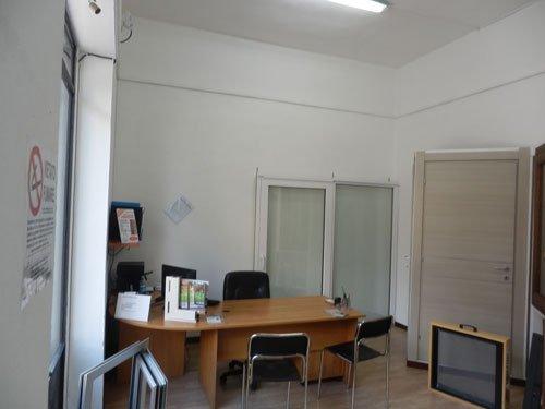 una scrivania con delle sedie e delle porte