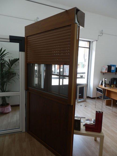 un modello di una finestra in legno con una tapparella