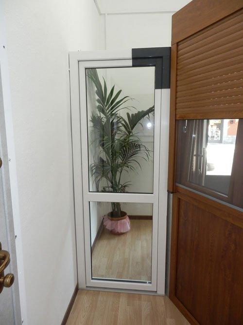 una porta bianca in pvc