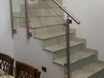 delle scale con corrimano in acciaio
