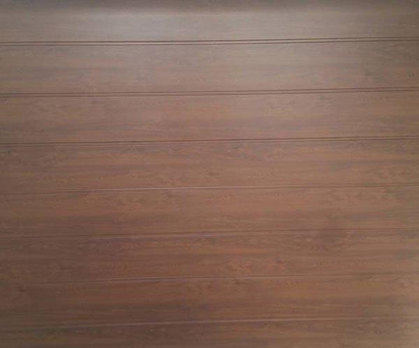 porta in legno di un garage