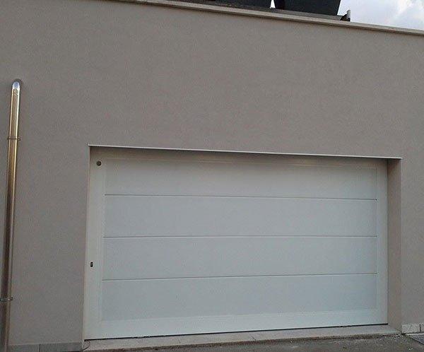 porta bianca di un garage