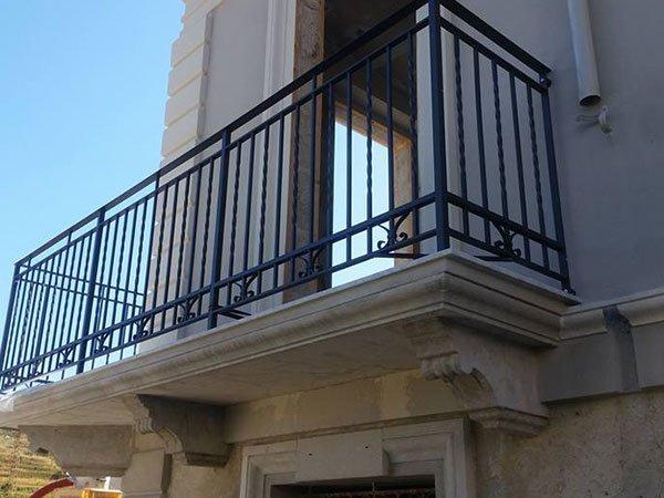 un balcone con la ringhiera in metallo di color nero