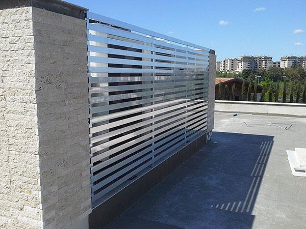 un cancello automatico e vista della terrazza