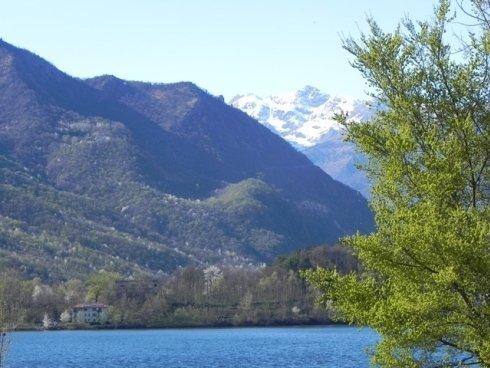 Lago Grande di Avigliana con vista Sacra di San Michele