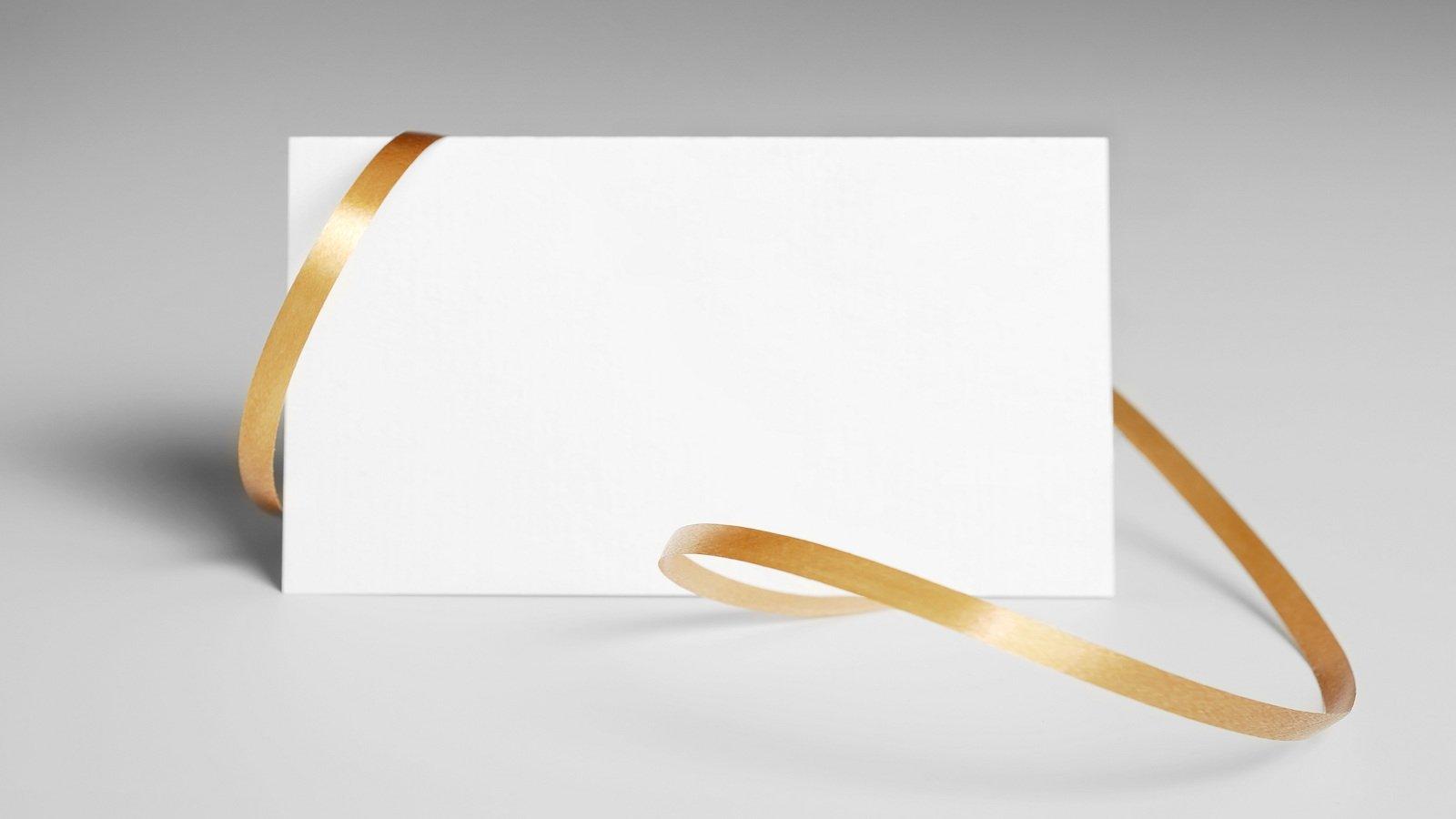 Carta bianca e nastro marrone