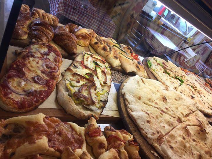 bancone di pizze