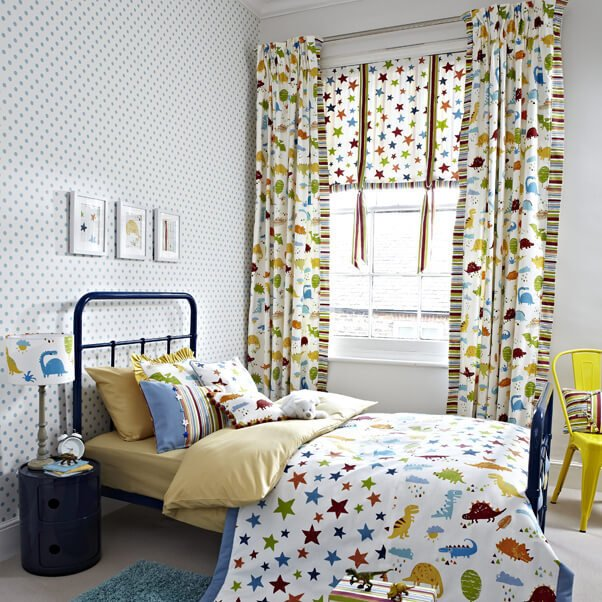 A children's bedroom with matching blinds, curtains and duvet