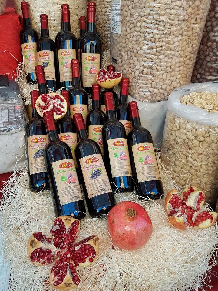 delle bottiglie di vino e della frutta secca
