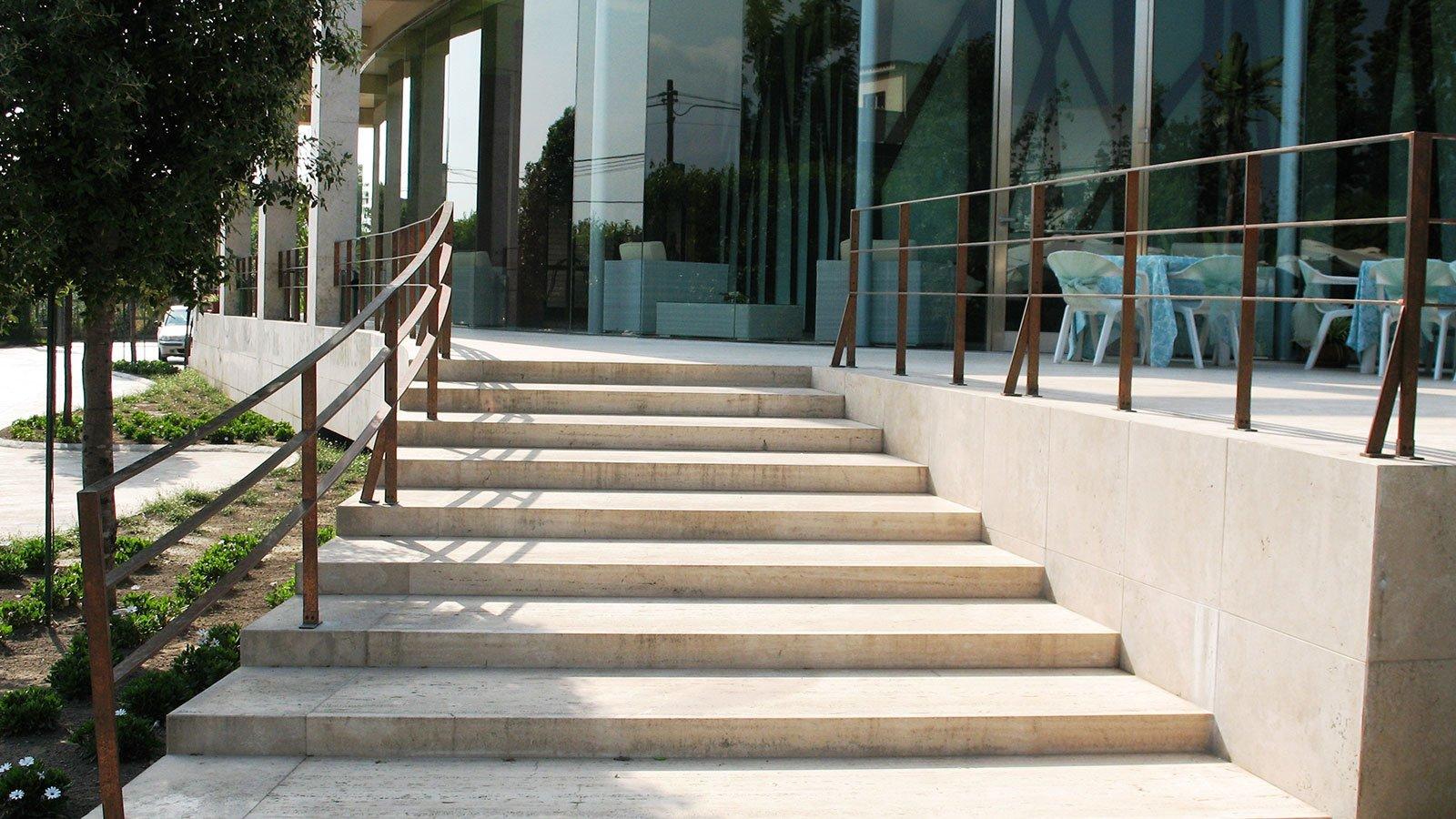 delle scale di un edificio con una ringhiera in ferro