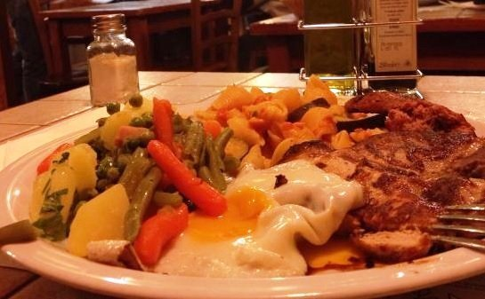 piatto unico con carne, pasta uovo e verdure lesse