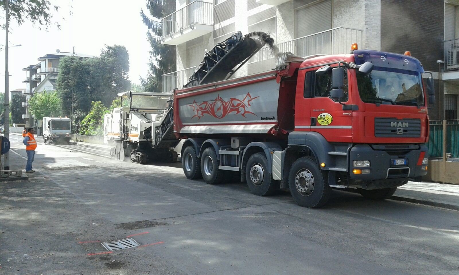 Camion rosso in un cantiere