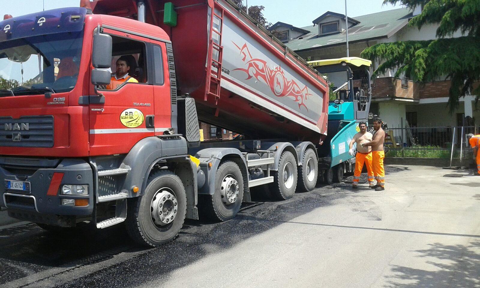 camion rosso con rimorchio