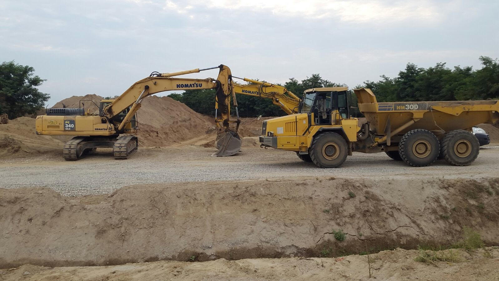 camion e gru in cantiere
