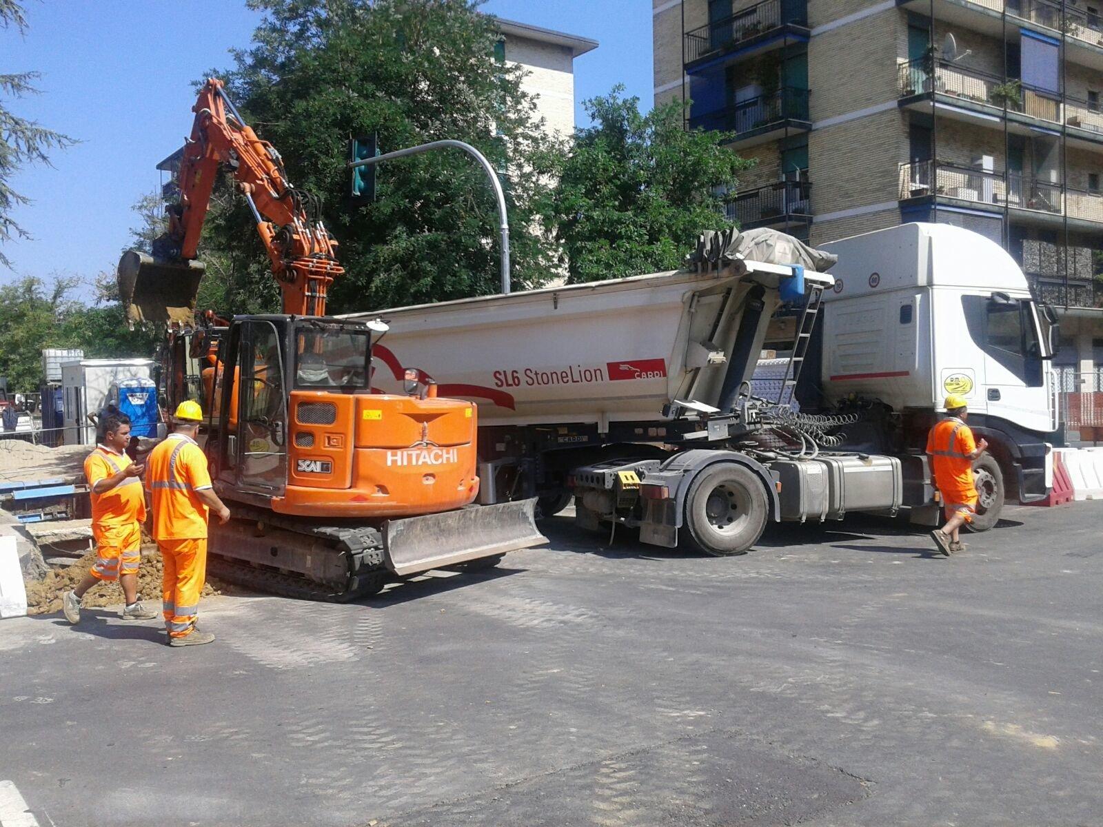 camion e gru sulla strada