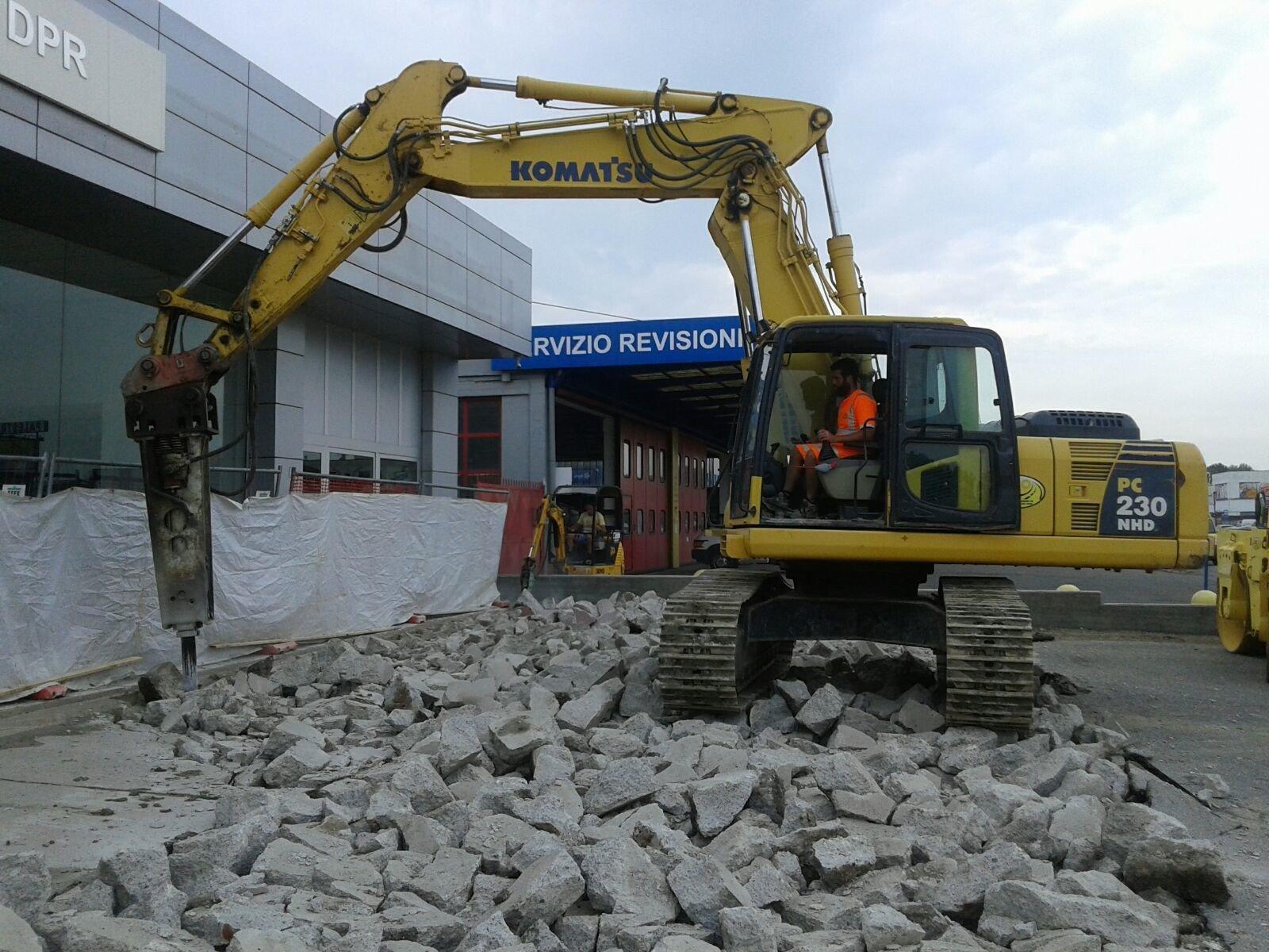 gru durante la demolizione di un edificio