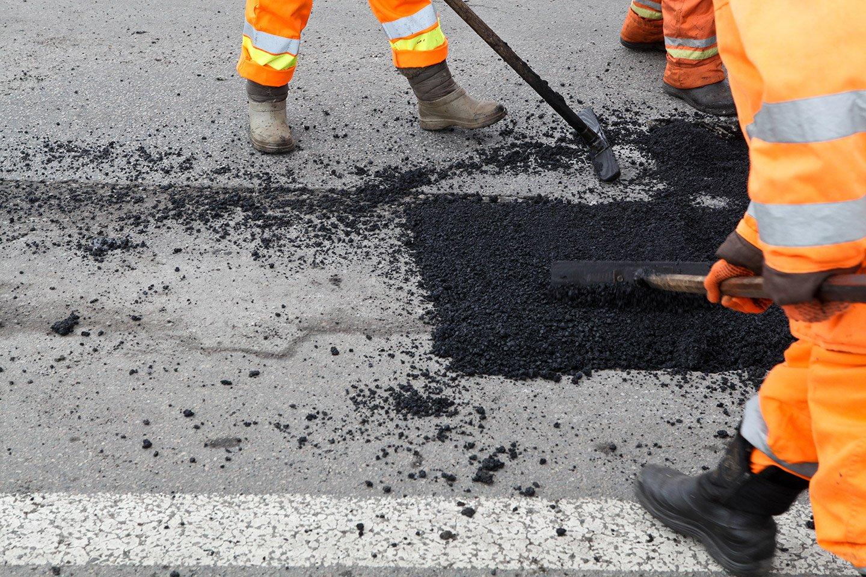 operai mentre stanno facendo asfalti