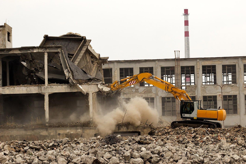 vista di un gru mentre demolizione di un edificio