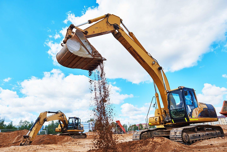 escavatore in un cantiere durante del lavoro per sbancamenti