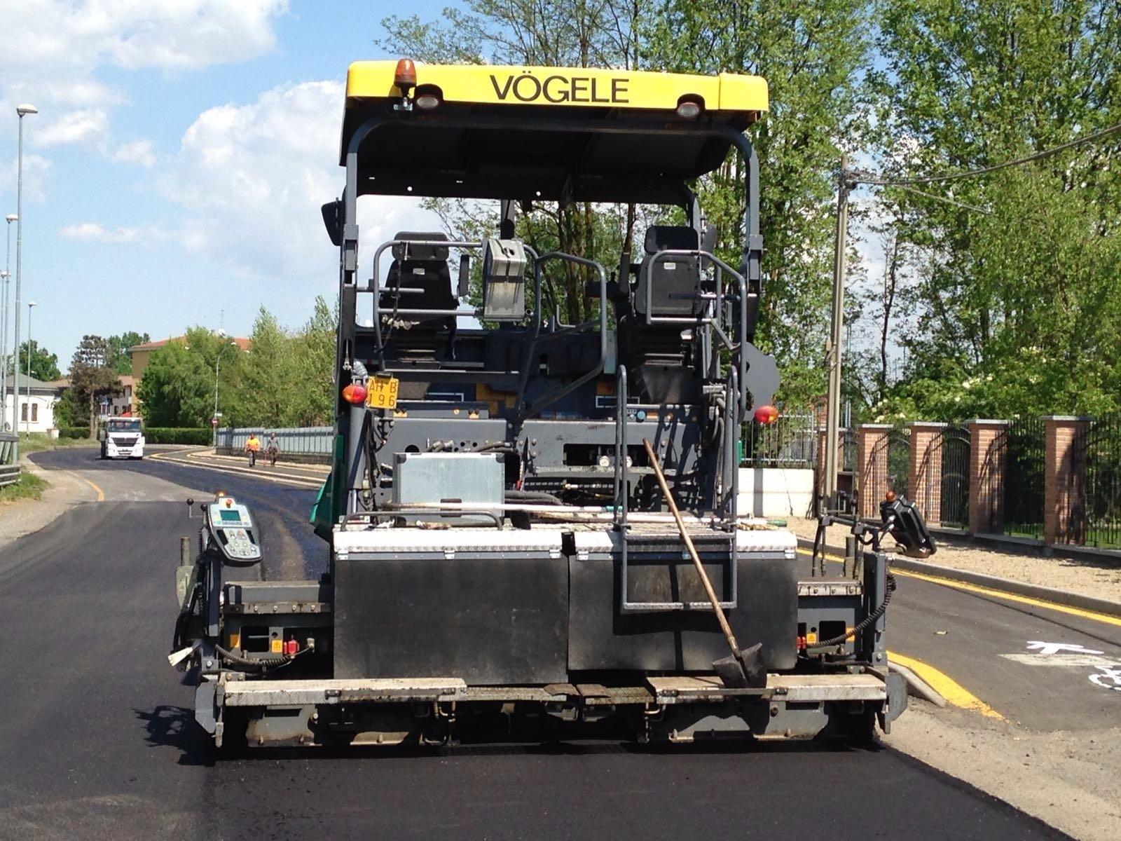 operai durante un lavoro di asfaltamento