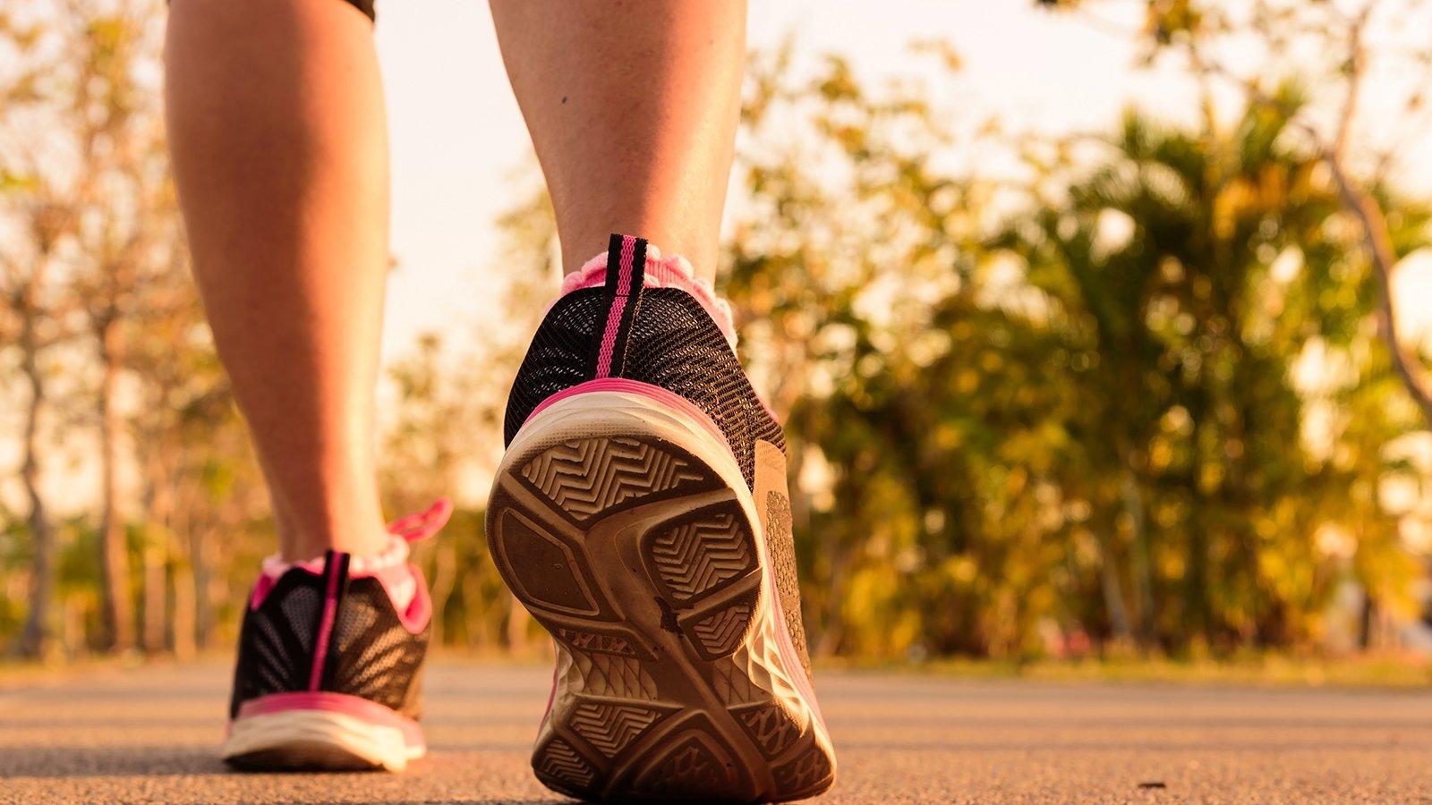 Scarpa di corridori che corrono sulla strada al parco pubblico