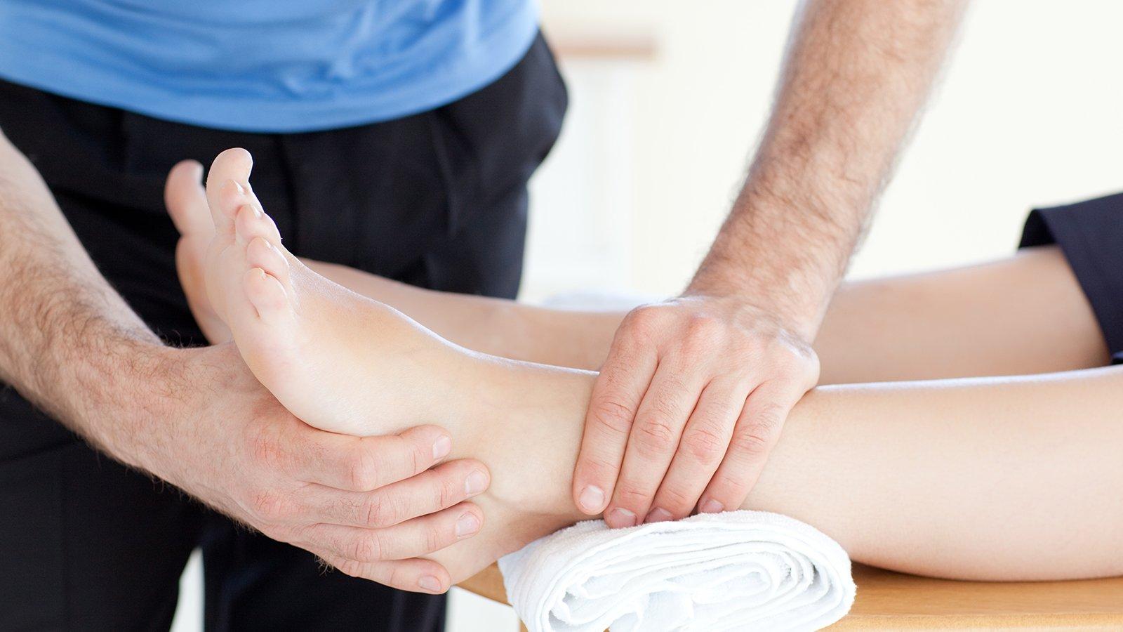 Giovane che riceve massaggio ai piedi