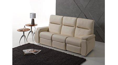vista interna di una casa con tappeto e divano
