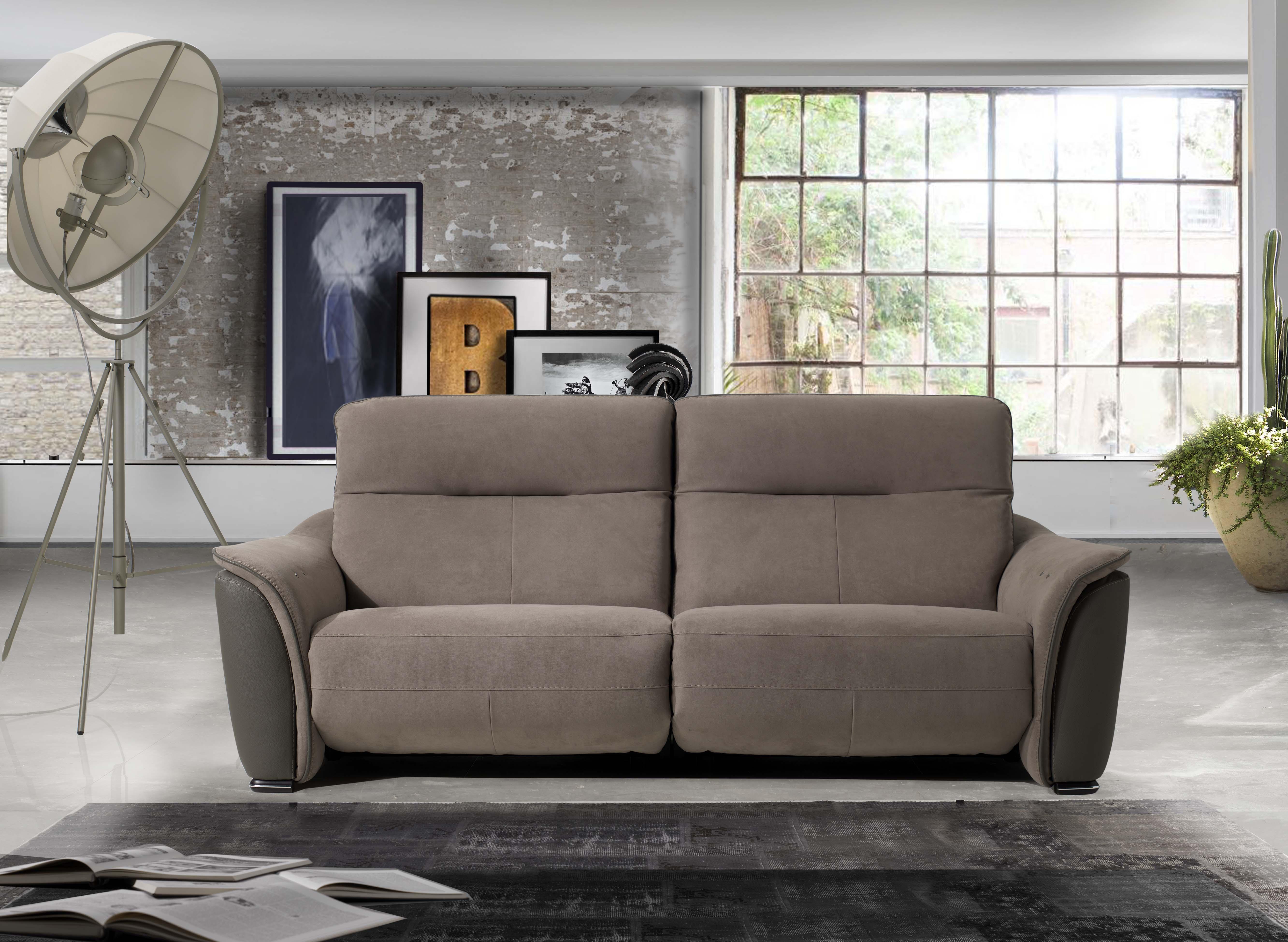 vista frontale di un divano con lampadina e finestra interna