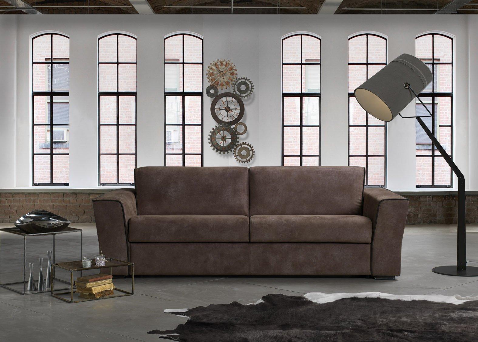 vista frontale di un divano con lampadina e finestre interni