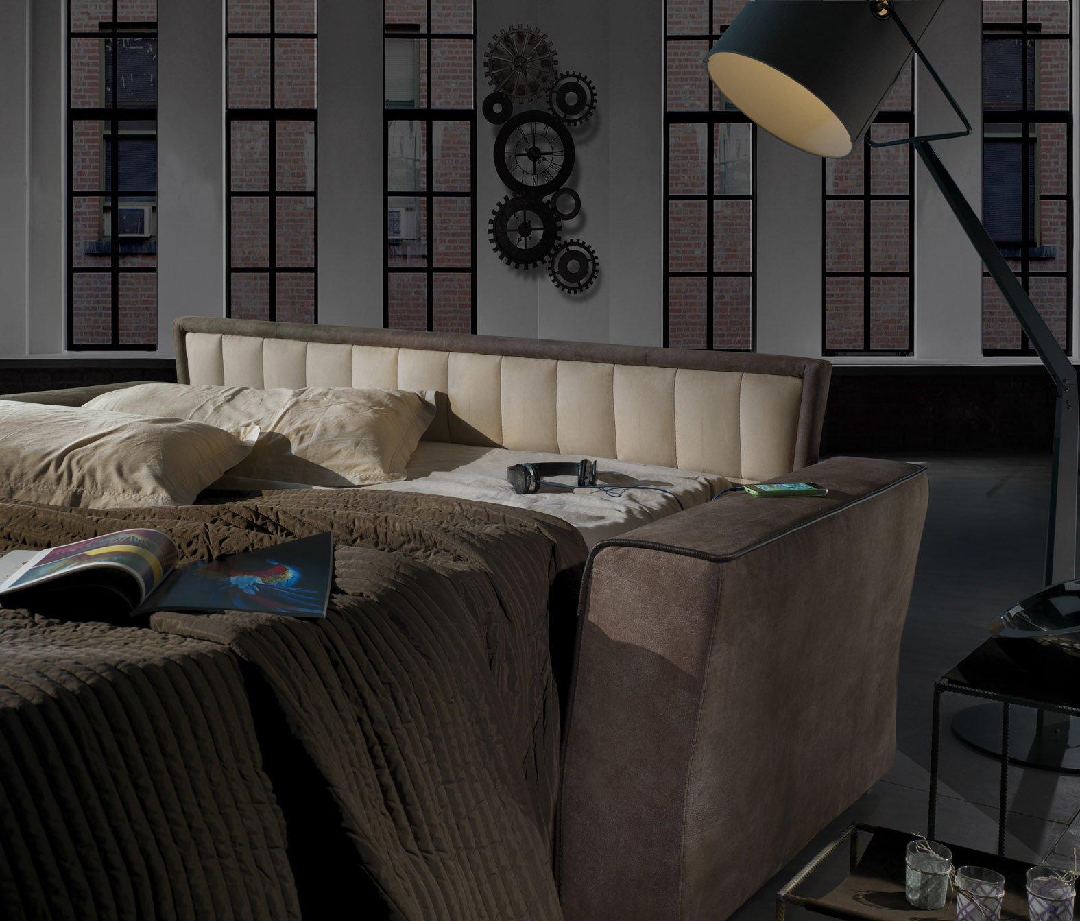 vista angolare di una stanza con lampadina e arredamenti