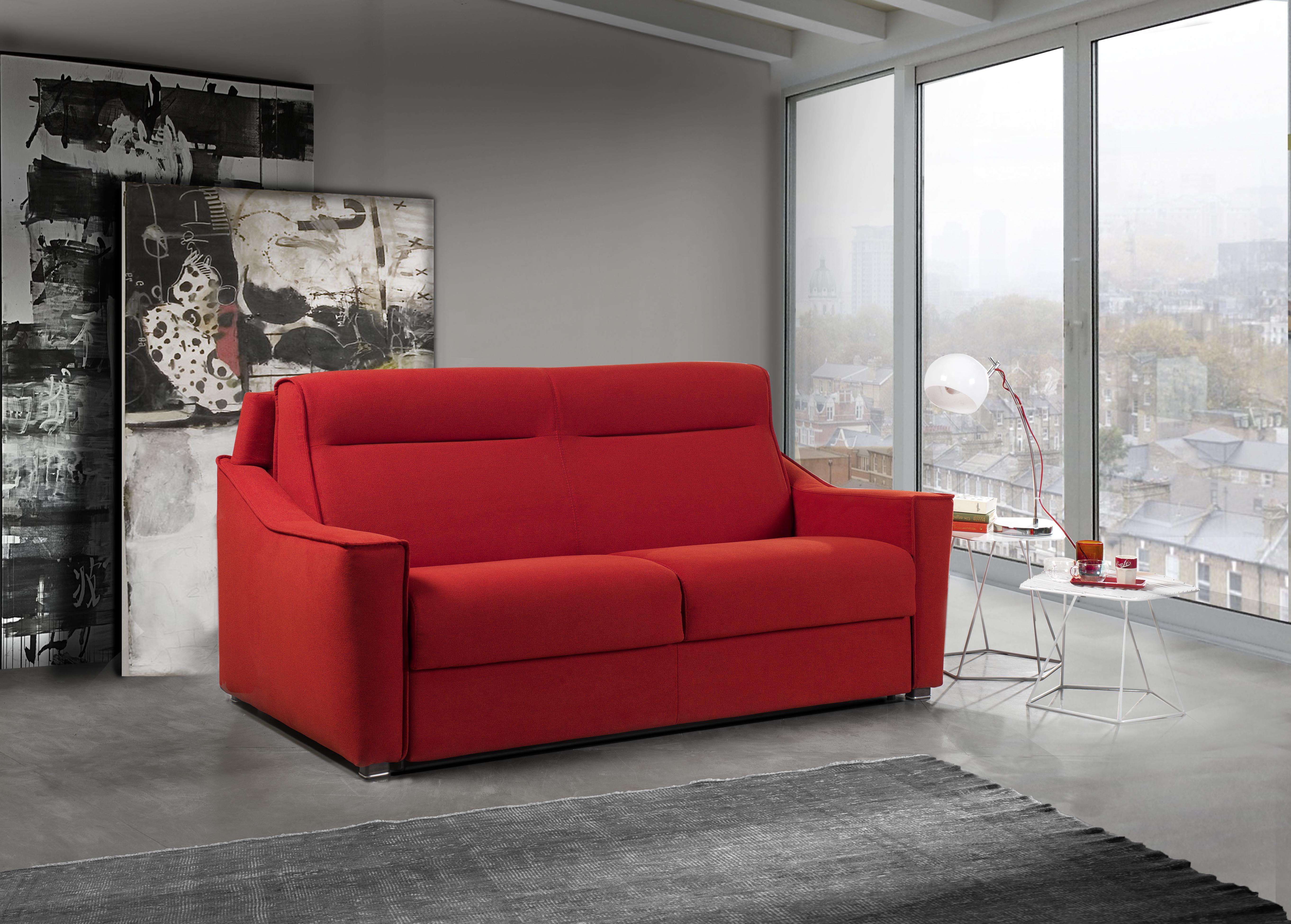 vista di un divano rosso con arredamenti