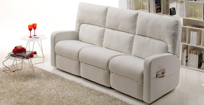 vista laterale di un divano con telefono sul tavolo