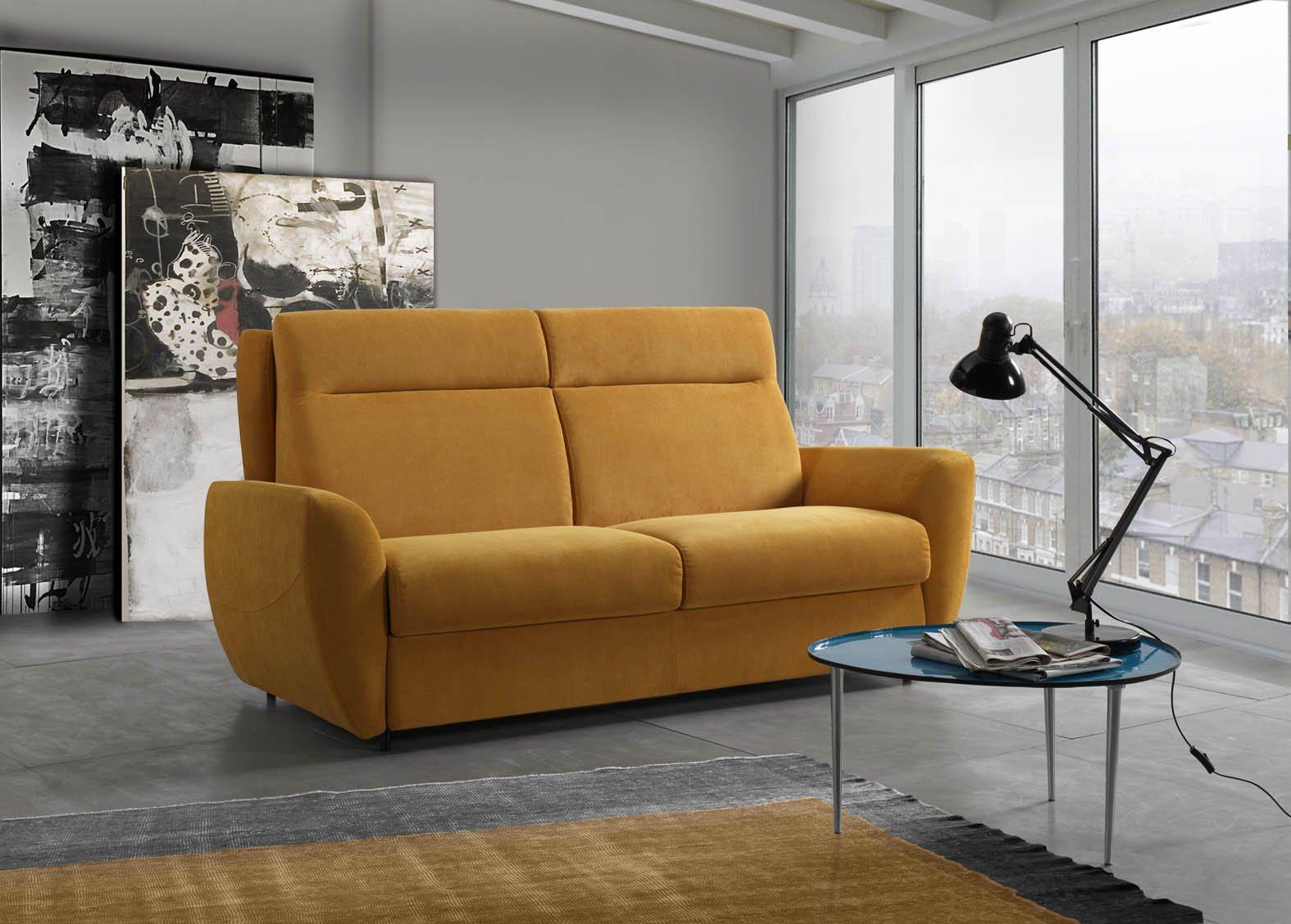 vista interna di una casa con divano giallo, lampadina sul tavolo in vetro con infissi