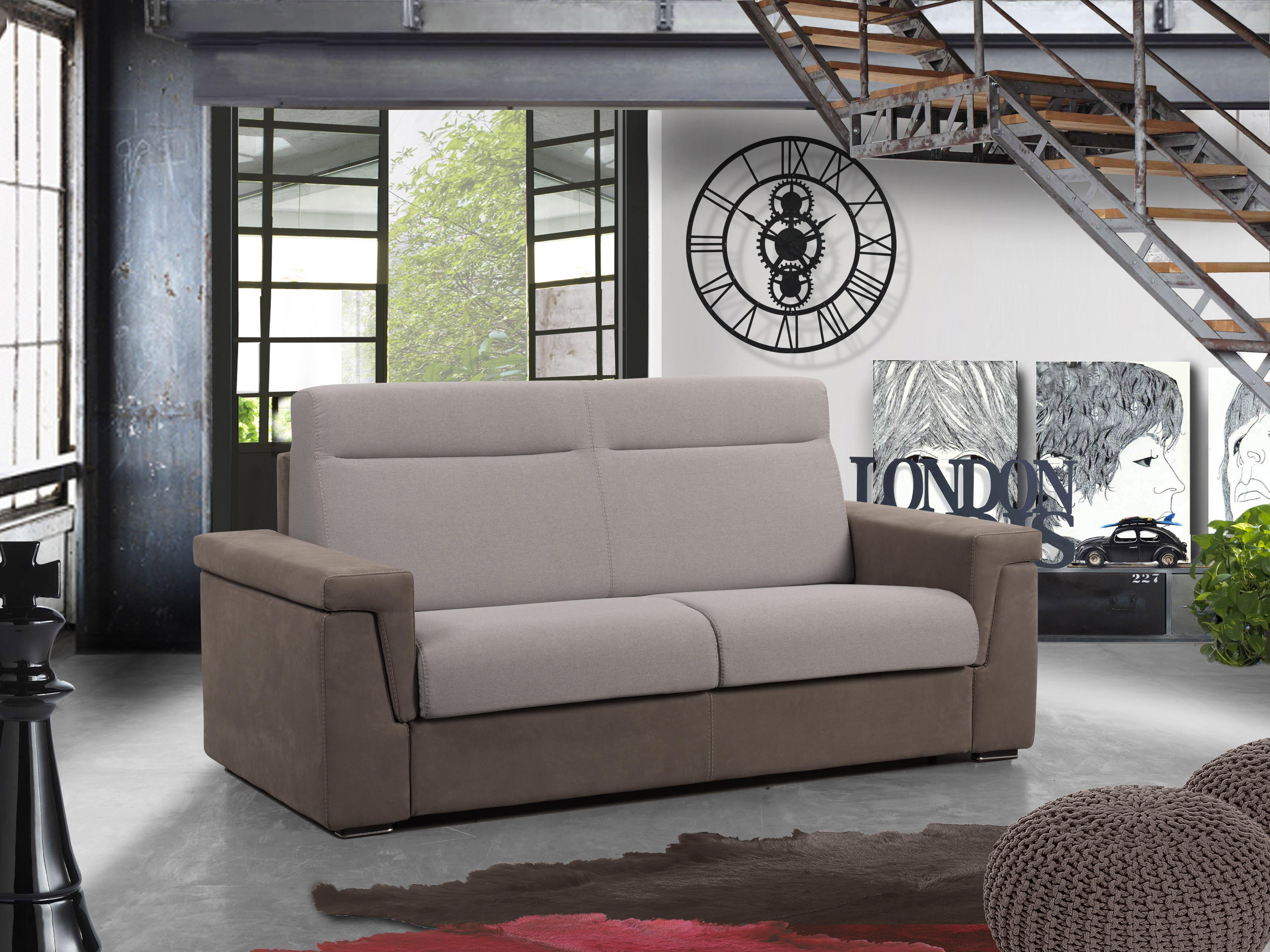 vista angolare di un divano con finestra aperta e scala interna
