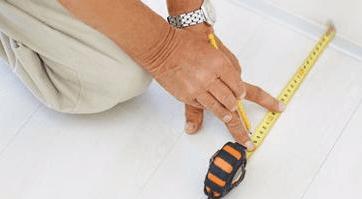 operaio che verifica misure