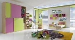 vista angolare di una stanza con parete decorata