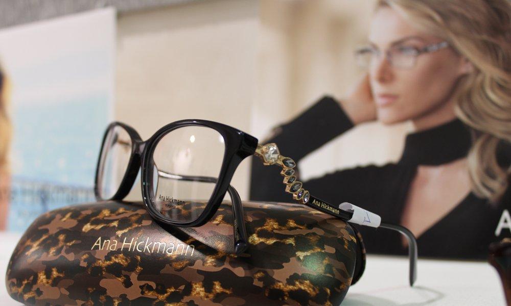 Vista da vicino degli occhiali e donna con gli occhiali a Mogliano