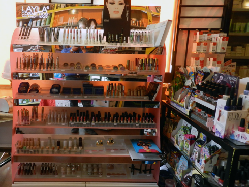In un angolo del negozio troverai in vendita fondotinta, mascara, rossetti, lucidalabbra e diversi articoli per la cura del viso.