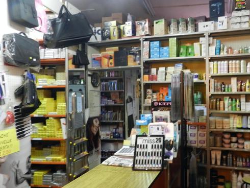 Il punto vendita fornisce i saloni di bellezza di shampoo per capelli e spazzole delle migliori marche.