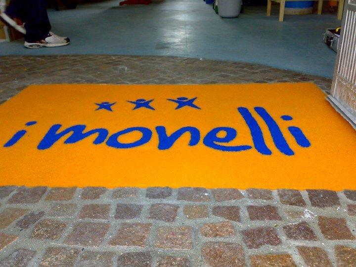Zerbino giallo con scritta I Monelli